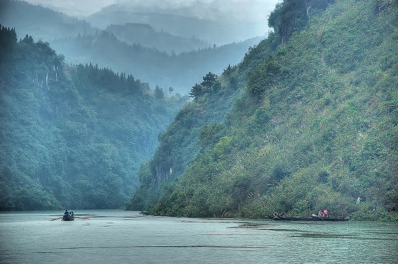 Cruising through the spectacular scenery of the Three Gorges