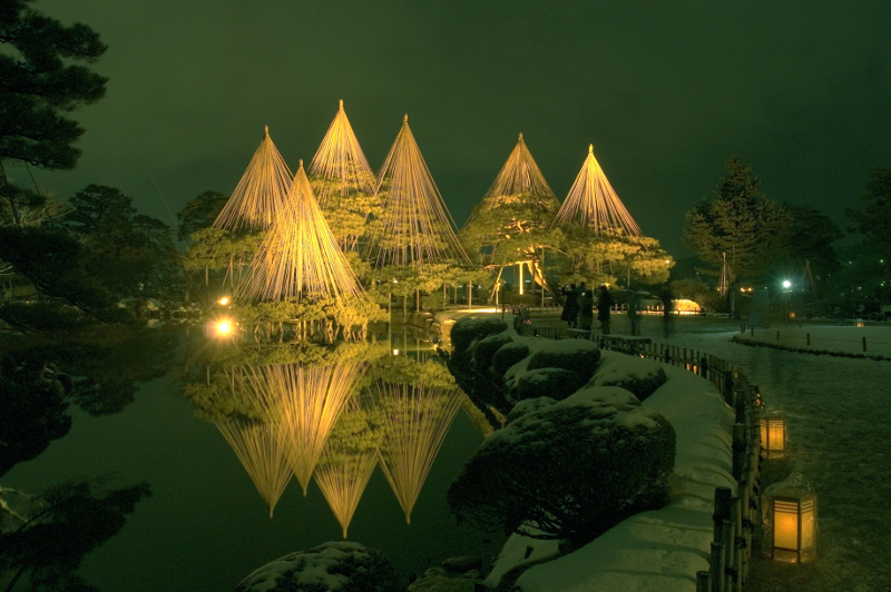 Kenrokuen Gardens at night