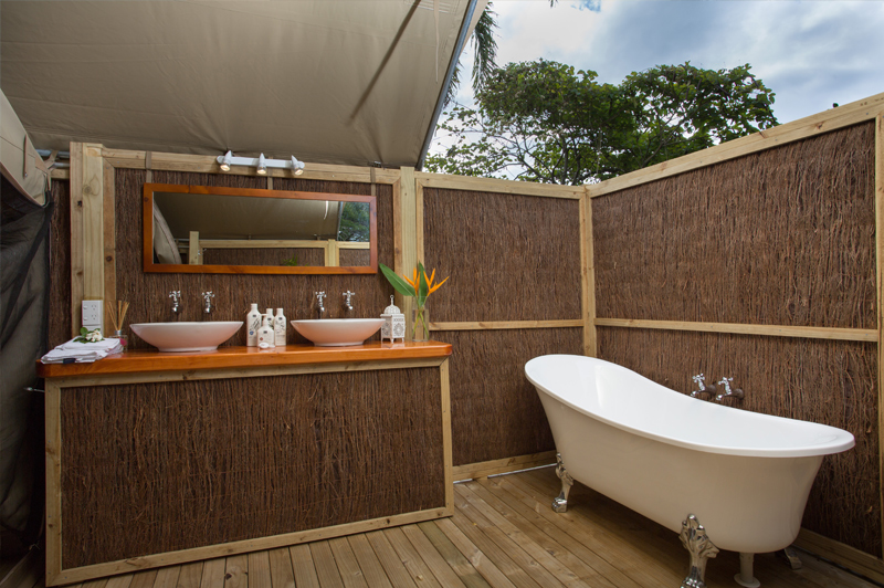 The open air ensuite bathroom allows guests to bathe out under the stars. Image courtesy of Ikurangi Eco Retreat.