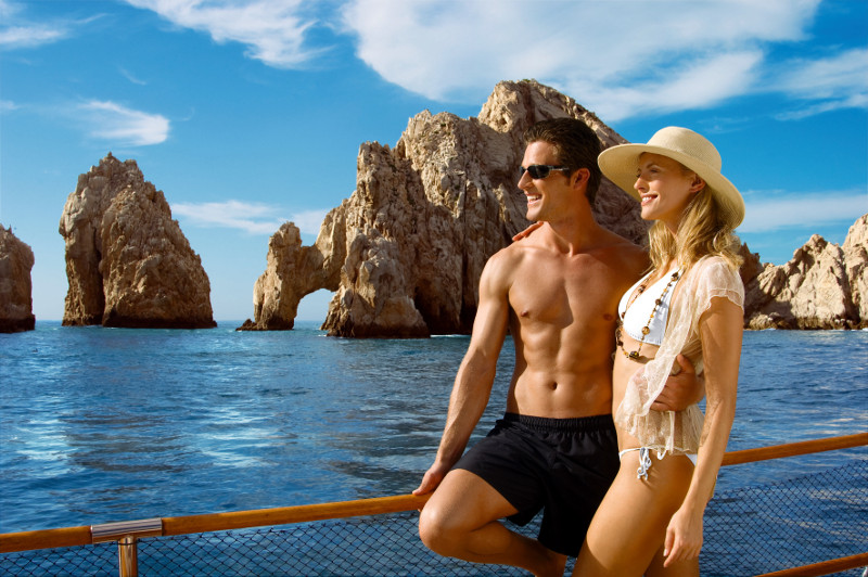 A couple in front of the ocean in los cabos